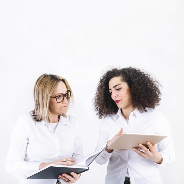 mulheres-pesquisando-informacoes-no-caderno-e-tablet_23-2147771756
