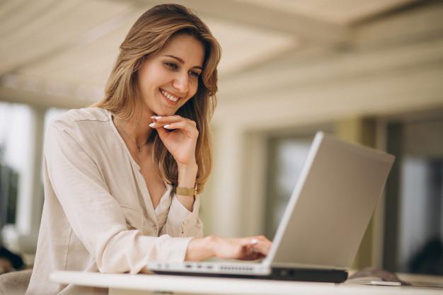 retrato-de-um-mulher-negocio-trabalhar-laptop_1303-9733
